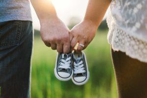 手をつなぐ夫婦と子供靴