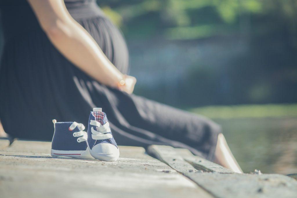 妊娠した女性と子供靴