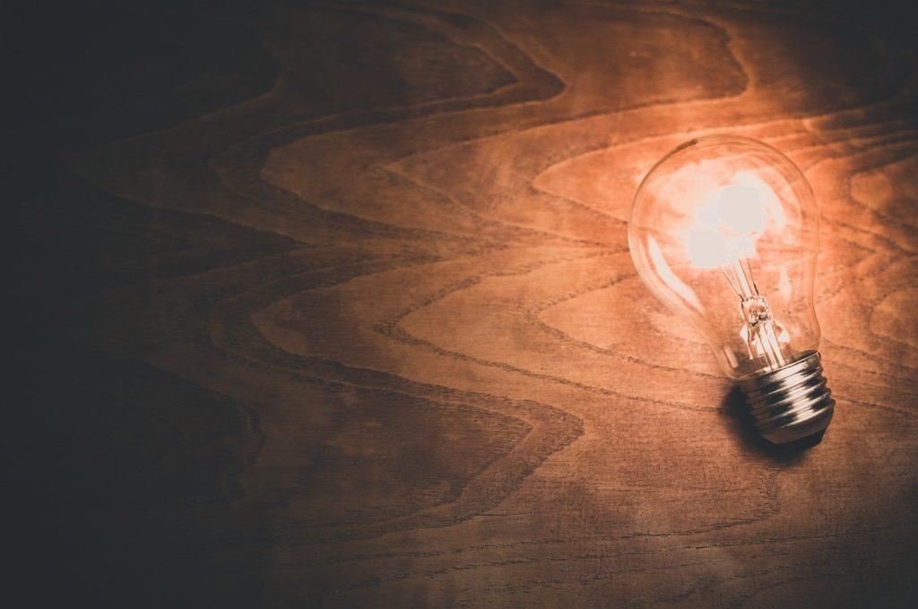 暗闇を照らす電球