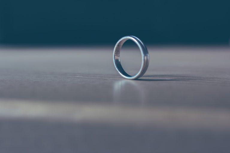 床の上の指輪