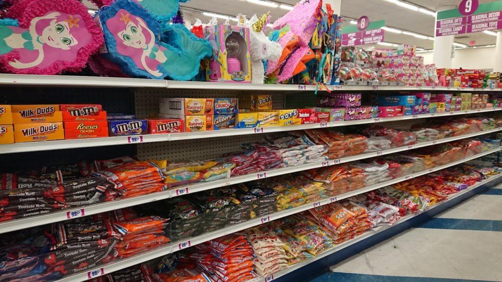 99セントショップのお菓子売り場