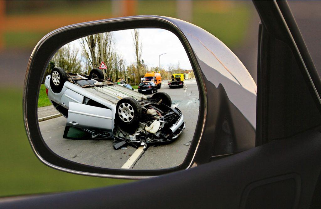 バックミラー越しの事故