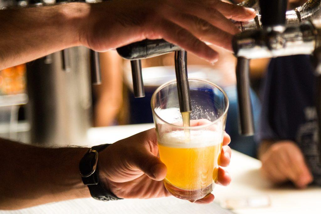 バーで飲み物を注ぐ
