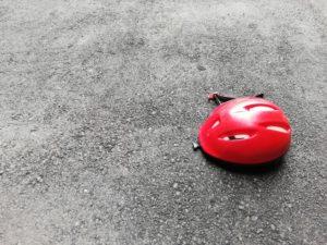 地面とヘルメット