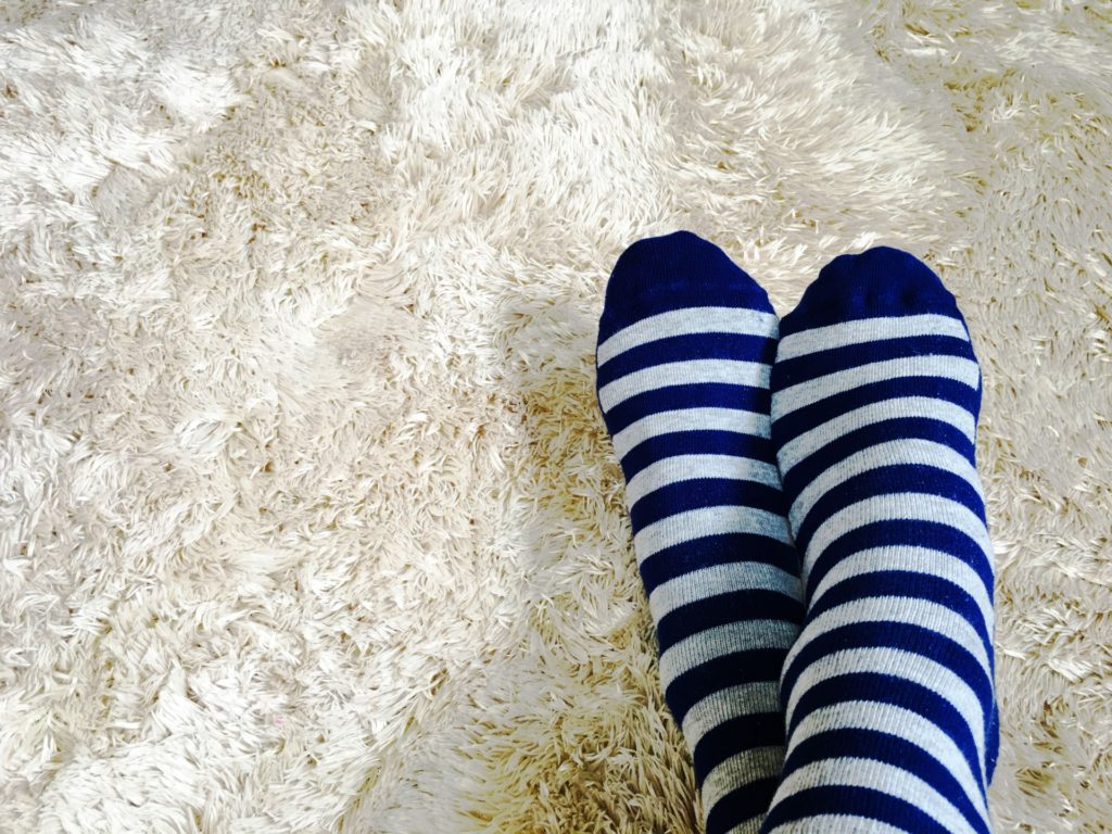 カーペットと靴下をはいた足