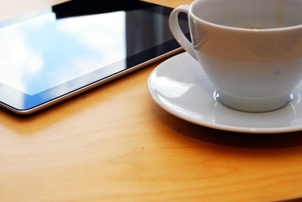 コーヒーカップとタブレット