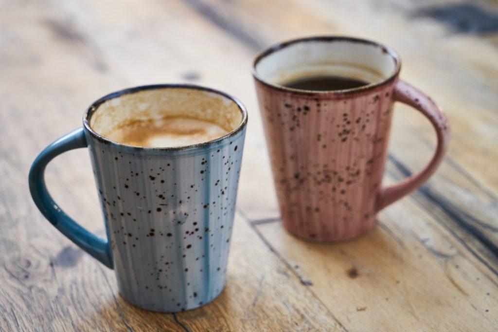 2つのマグカップに入ったコーヒー